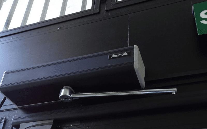 poner motor a puerta portal vecinos